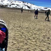 Frauen spielen Fußball auf Kilimandscharo