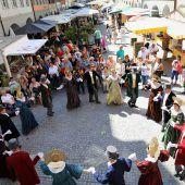 Auftanz der Trachtengruppe beim Feldkircher Wochenmarkt
