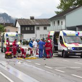 Auto prallt gegen Fußgängerin