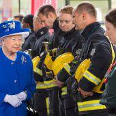 Queen besucht freiwillige Helfer