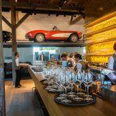 Autos, Küche und Seeblick