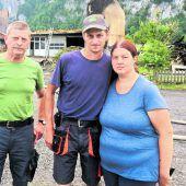 Eine Familie steht vor Trümmern