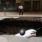 Auto von riesigem Loch verschluckt