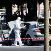 Auto mit Sprengstoff rammt Polizeibus