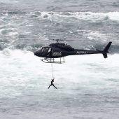Akrobatin hing mit Zähnen am Helikopter