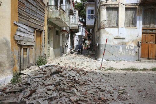 In Plomari im Süden der Insel Lesbos wurden durch das starke Erdbeben mehrere Häuser beschädigt. Foto: aP