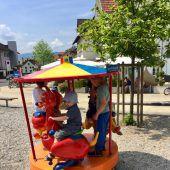 Karussell hilft armen Kindern in Südostasien