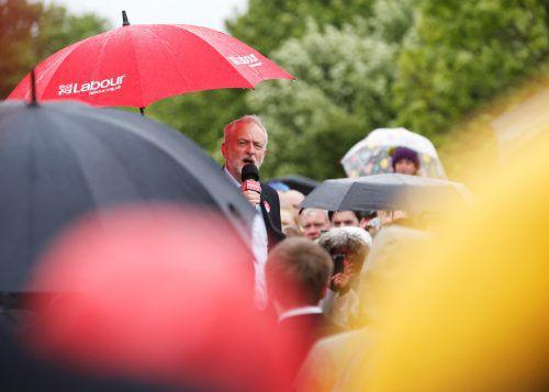 Labour-Party-Chef Jeremy Corbyn verspricht in seinem Wahlprogramm, 10.000 Polizisten zusätzlich einzustellen. FOTO: REUTERS
