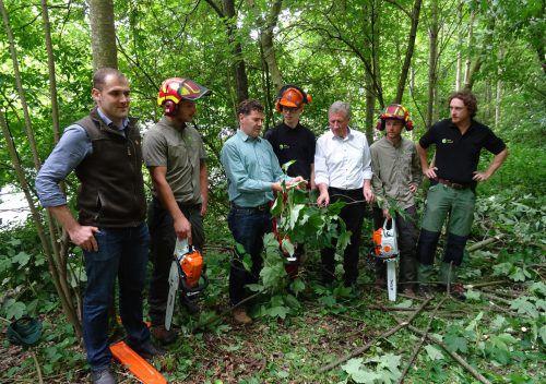 Landesrat Schwärzler und Landesforstdirektor Amann kündigten eine Pflegeoffensive des Landes für Vorarlbergs Wald an. Foto: VLK