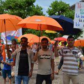 Mit Schirmen und Plakaten