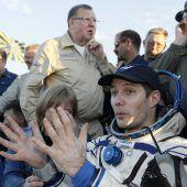 Astronaut genießt das Duschen und Käse