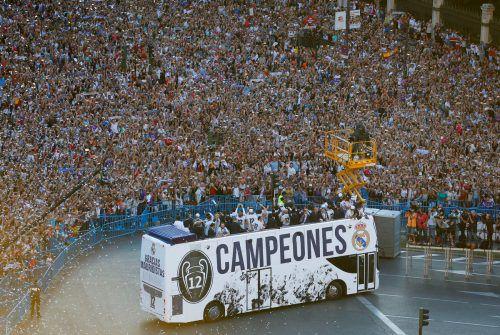 Zehntausende Fans säumten die Straßen der spanischen Hauptstadt Madrid, um den alten und neuen Champions-League-Sieger Real Madrid bei seinem Siegeszug frenetisch zu bejubeln. Foto: afp
