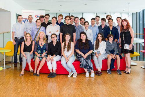 22 Schüler des BORG Dornbirn Schoren freuten sich über ihre Auszeichnung. Foto: AK Vorarlberg