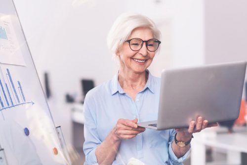 Ältere Menschen länger im Betrieb zu halten oder sie sogar neu anzulocken macht Sinn.