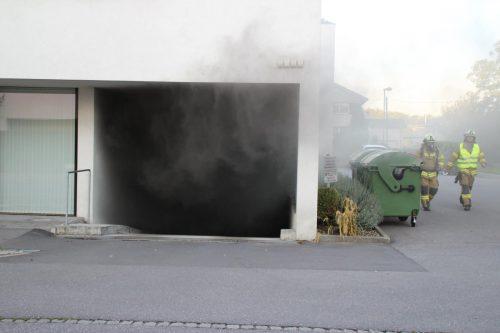 Als die Feuerwehr eintraf, trat Rauch aus der Tiefgarage. Das Auto stand bereits in Vollbrand. Fotos: vol.at/Madlener/Feuerwehr Hard