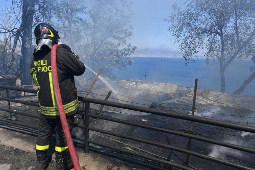 Am Montag rückte die Feuerwehr wieder zu mehr als 240 Einsätzen aus. Der Bahnverkehr musste auf einigen Strecken unterbrochen werden. AP