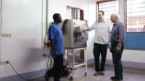 Andreas Guger (r.) schult einen kamerunischen Techniker.