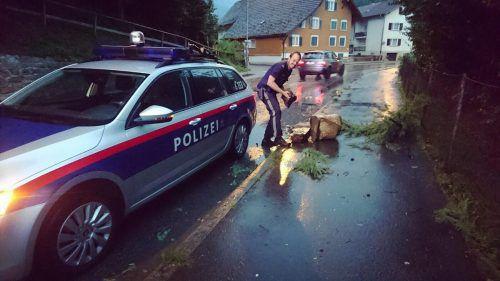 Auch die Polizei packte beim Aufräumen kräftig mit an.