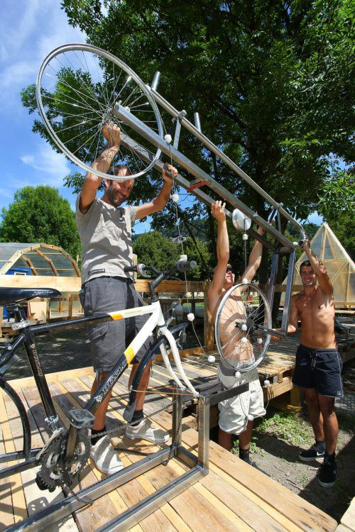 Auch Herwig Bauer hilft beim Aufbau mit. FotoS: VN/HOFMEISTER