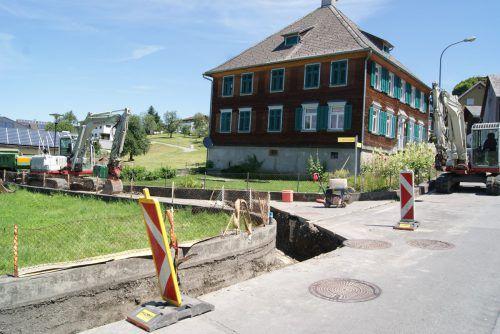 Auch im Bereich des Übersaxner Pfarrhofes wird gegraben. Foto: ep