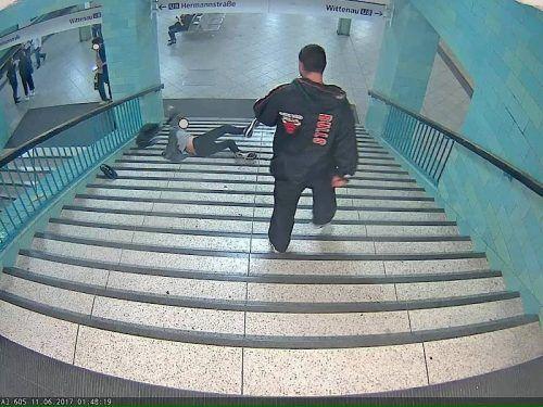 Auf Bildern sieht man, wie das Opfer die Stiege hinunterstürzt, über mehrere Stufen rollt und unten liegen bleibt.Foto: Polizei Berlin