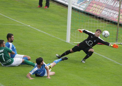 Ausgerechnet Jakob Bösch (am Boden) passierte im Derby ein Eigentor. Es war das 6:0 für die Austria, die am Ende einen 13:0-Erfolg über den FC Lustenau feierte.Foto: Hartinger