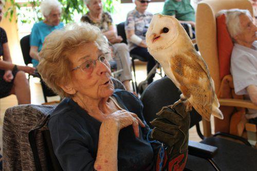 Bewohnerin Reiner Hedwig freundete sich sofort mit der schneeweißen Eule an.Foto: Senecura