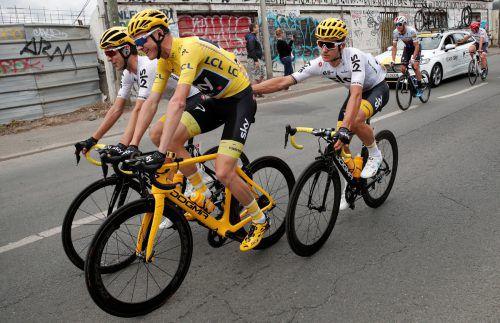 Chris Froome wurde von Edelhelfern wie Mikel Nieve (l.) und Michal Kwiatkowski sicher zum Toursieg geleitet.Foto: Reuters