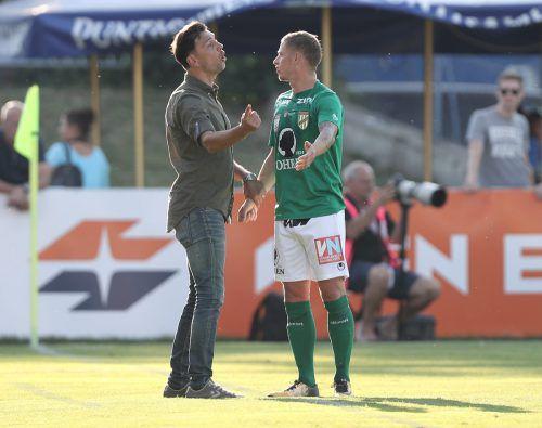 Daniel Sobkova im Gespräch mit Trainer Andreas Lipa (links) nach seinem Tor aus einem direkten Freistoß.Foto: gepa