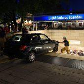 Auto kracht in Berliner U-Bahn-Station