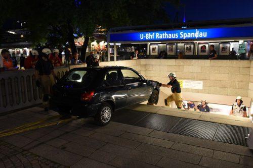 Das Auto wurde von der Feuerwehr mit einem Stahlseil die Treppen hinaufgezogen. Foto: Berliner Feuerwehr