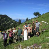 Asylwerber helfen beim Schwenden auf der Alpe