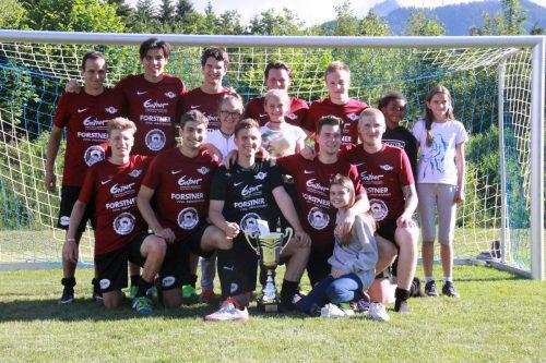 Das Siegerteam präsentiert den Pokal.Foto: cdmediateam