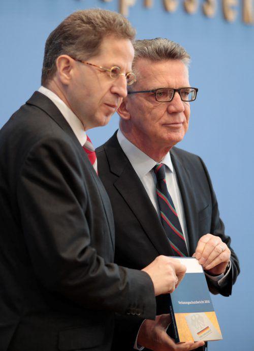 De Maizière und Maaßen stellten den Bericht in Berlin vor. reuters