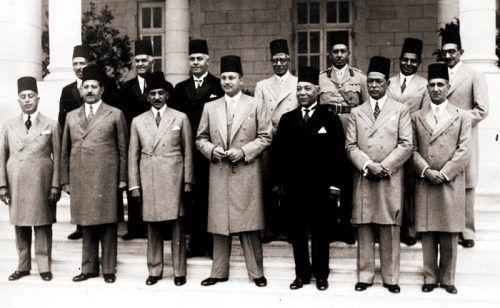 Der ägyptische König Faruk mit Ministerrat vor dem Staatsstreich 1952.