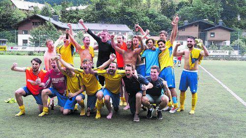 Der Aufstieg in die 2. Landesklasse wurde von den Spielern lautstark gefeiert.Fotos: Steurer/2, Verein