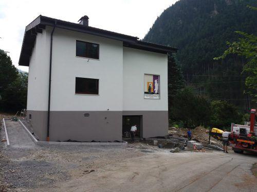 Der Außenbereich des Pfarrhauses wird komplettiert.Foto: VN/hp