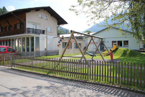 Der neue Kindi entsteht angrenzend an den bestehenden Kindergarten an der Litz in den einstigen Räumen der Montafoner Kerze (l.).Foto: VN/js