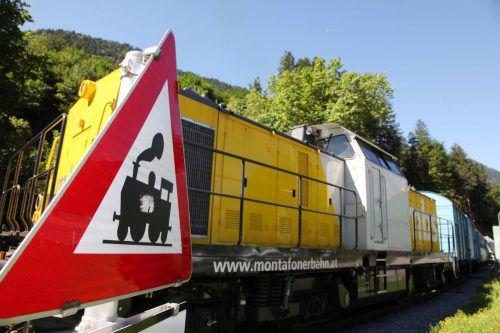 Die 2000 PS starke Diesellok der mbs transportierte den neuen Trafo für das Obervermuntwerk II.Foto: meznar-media.com