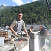 Jugendliche bauen eine neue Terrasse fürs S16