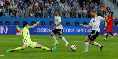 Die Entscheidung im Confed-Cup-Finale: Timo Werner (vorne) passt auf Lars Stindl, der zum siegbringenden Treffer einschießt. Foto: Reuters