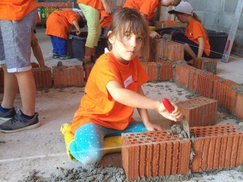Die kleinen Baumeister bewiesen ihr Geschick beim Mauerbau. Foto: Mima