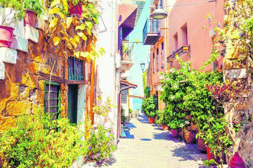 Die kleinen Dörfer auf Kreta geben mit den bunten Häusern und den Pflanzen ein schönes Bild ab.