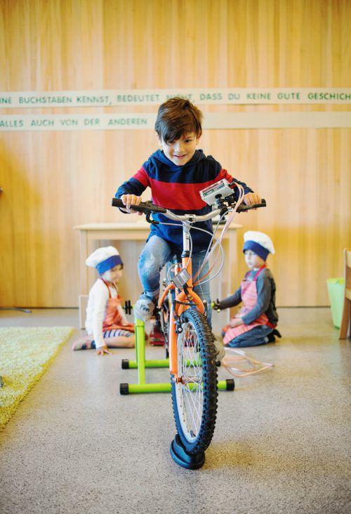 Die Lustenauer Kindergartenkinder lernten im Selbstversuch, dass Stromerzeugung viel Kraft braucht.Foto: GDE