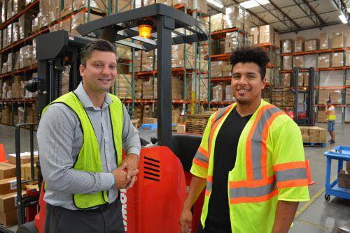 Die Mitarbeiter Andrei Jansen und Aaron Torres im Logistiklager von Gebrüder Weiss Los Angeles.Foto: GW