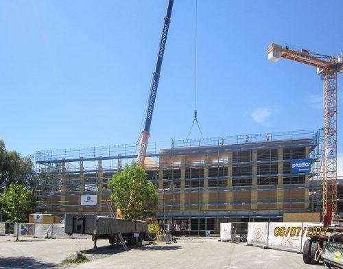 Die Turnhalle der Harder Schulen wird derzeit von der Röthner Holzbaufirma Dobler errichtet. Foto:Zima