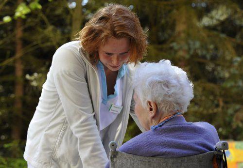Die wachsende Zahl alter Menschen wird mehr denn je auf eine gute Betreuung und Pflege angewiesen sein. Foto: ap