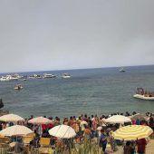 Touristen fliehen vor Waldbränden in Italien