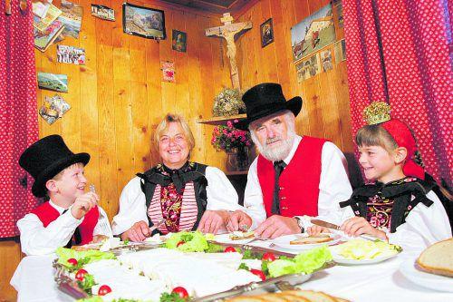 Dinkelbrot, Mostbröckle und Käsevielfalt am Bäuerinnenbuffet. FOTO: VLK