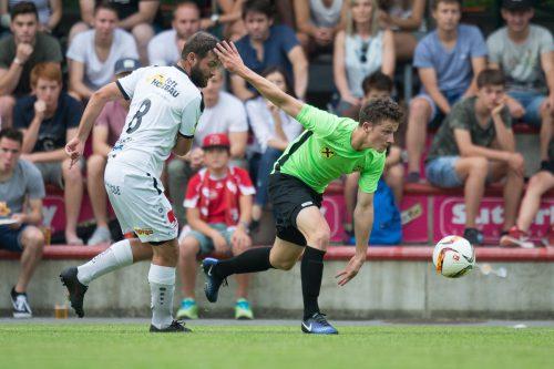 Eggs Thomas Waldner hat das Nachsehen, die Austria-Kicker erwiesen sich in ihrem ersten Saisonspiel als spritziger.Fotos: Sams/2
